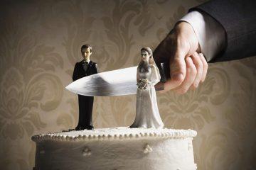 cortando o bolo de casamento com uma faca grande