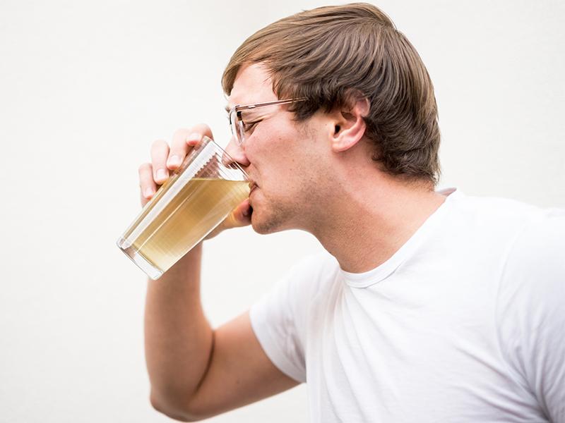 homem bebendo água suja