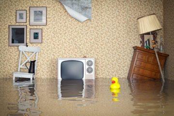 sala de uma casa alagada molhando tudo, televisão e móveis