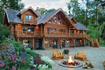 casa de madeira grande e bonita no meio de uma floresta
