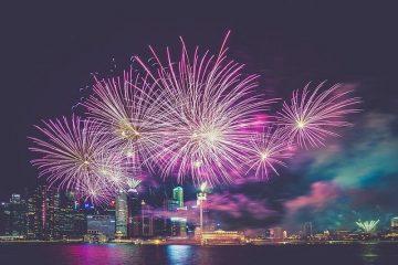 lindos fogos de artifício no meio da cidade