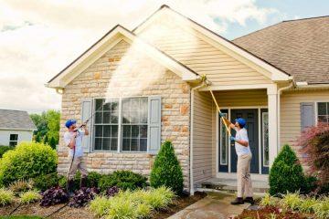 duas pessoas lavando uma casa