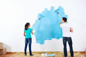 casal pintando a casa de azul piscina