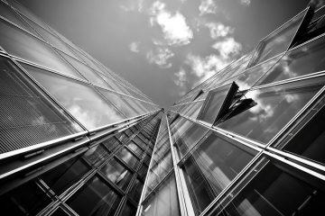 foto preta a branca de um elevador