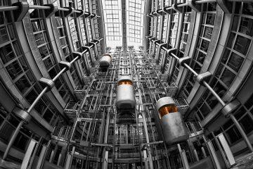 elevadores modernos em um prédio subindo