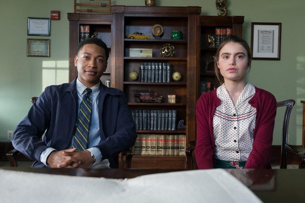 protagonistas do filme doce argumento sentados em uma sala