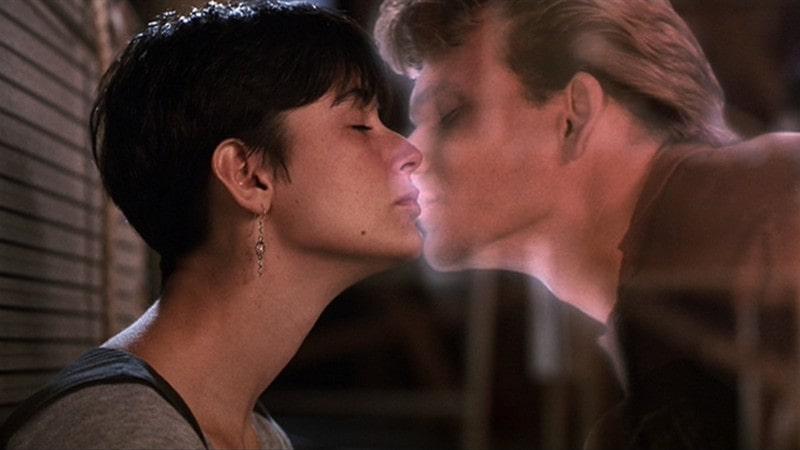 cena do beijo do filme Ghost - homem e mulher
