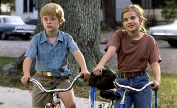 menino e menina do filme meu primeiro amor andando de bicicleta em uma das cenas do filme