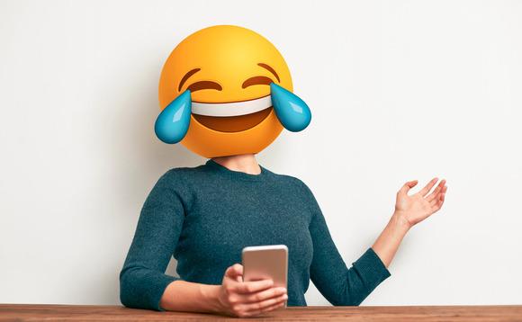 emoji no corpo de uma pessoa