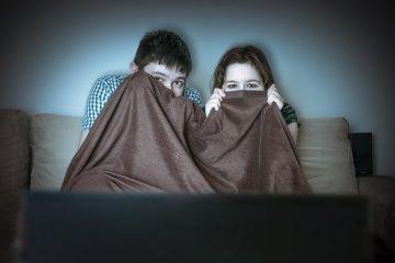 crianças assistindo filme de terrorismo
