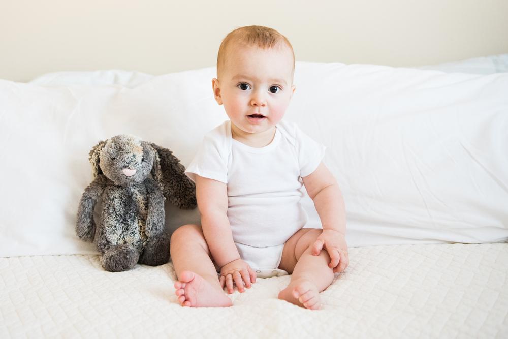 bebe menino vestido de branco