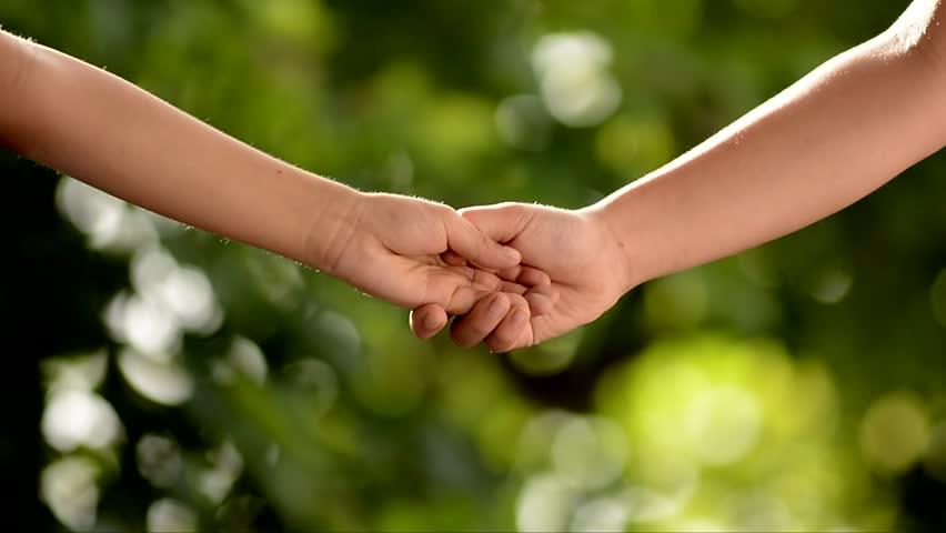 menino e menina crianças de mãos dadas sendo amigos