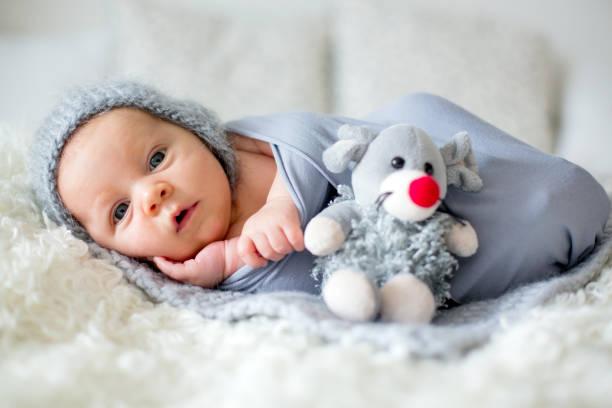bebe menino fazendo ensaio de fotos