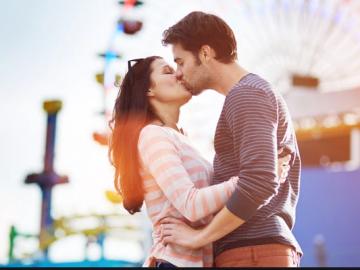 casal unido juntos se beijando ao ar livre