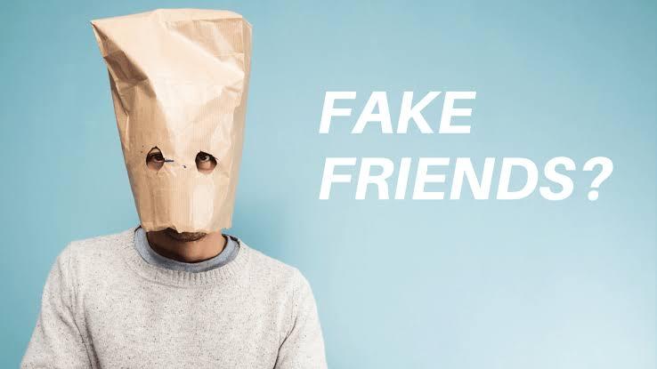 imagem escrita fake friends