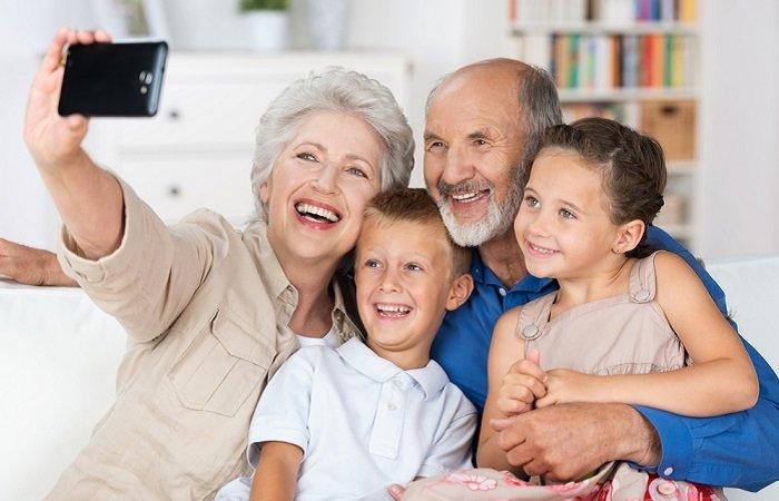 avó e avô tirando selfie com os netinhos