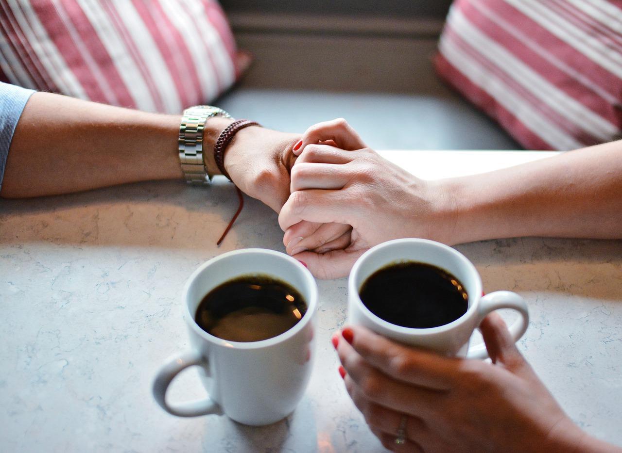 casal tomando café juntos comemorando aniversário