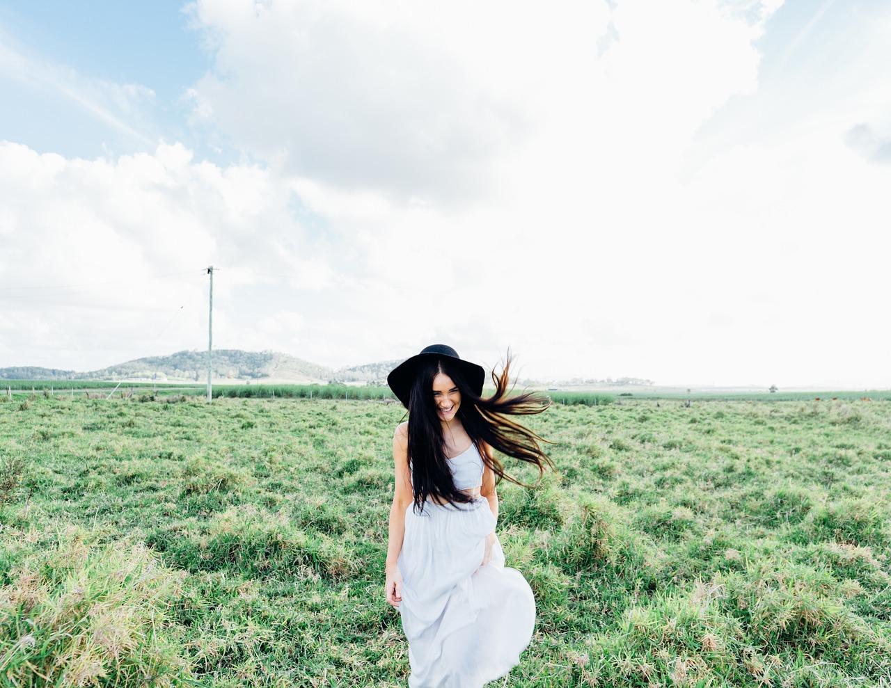 menina feliz andando sobre a natureza