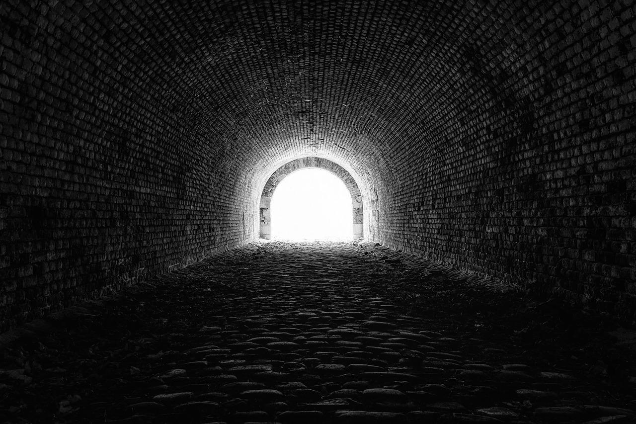 imagem de uma luz no fim de um túnel representando a esperança