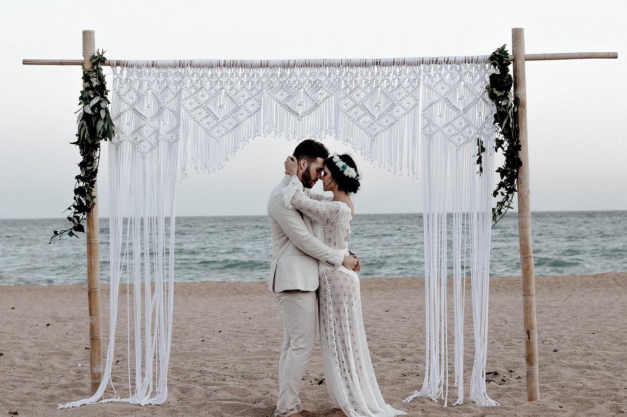 casal feliz casando na praia felizes