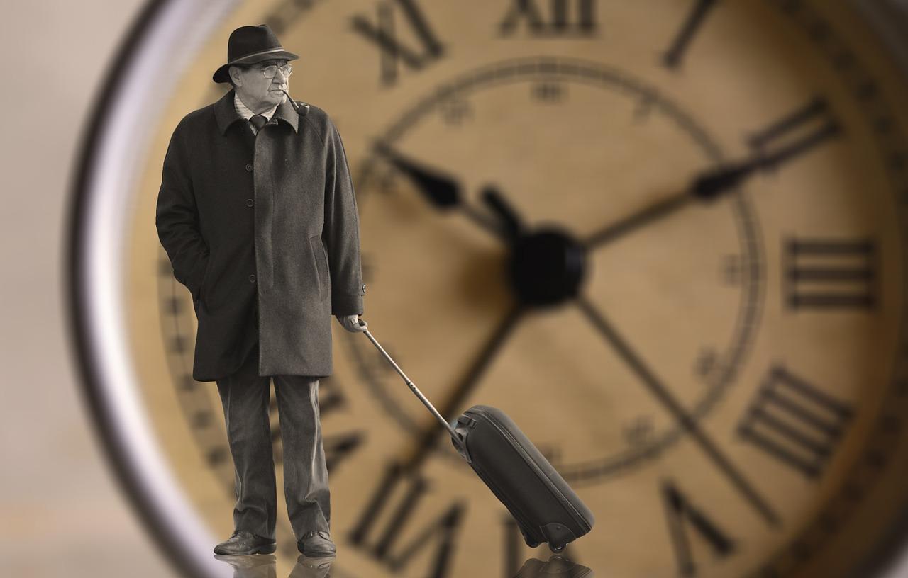 homem idoso indo embora com sua mala