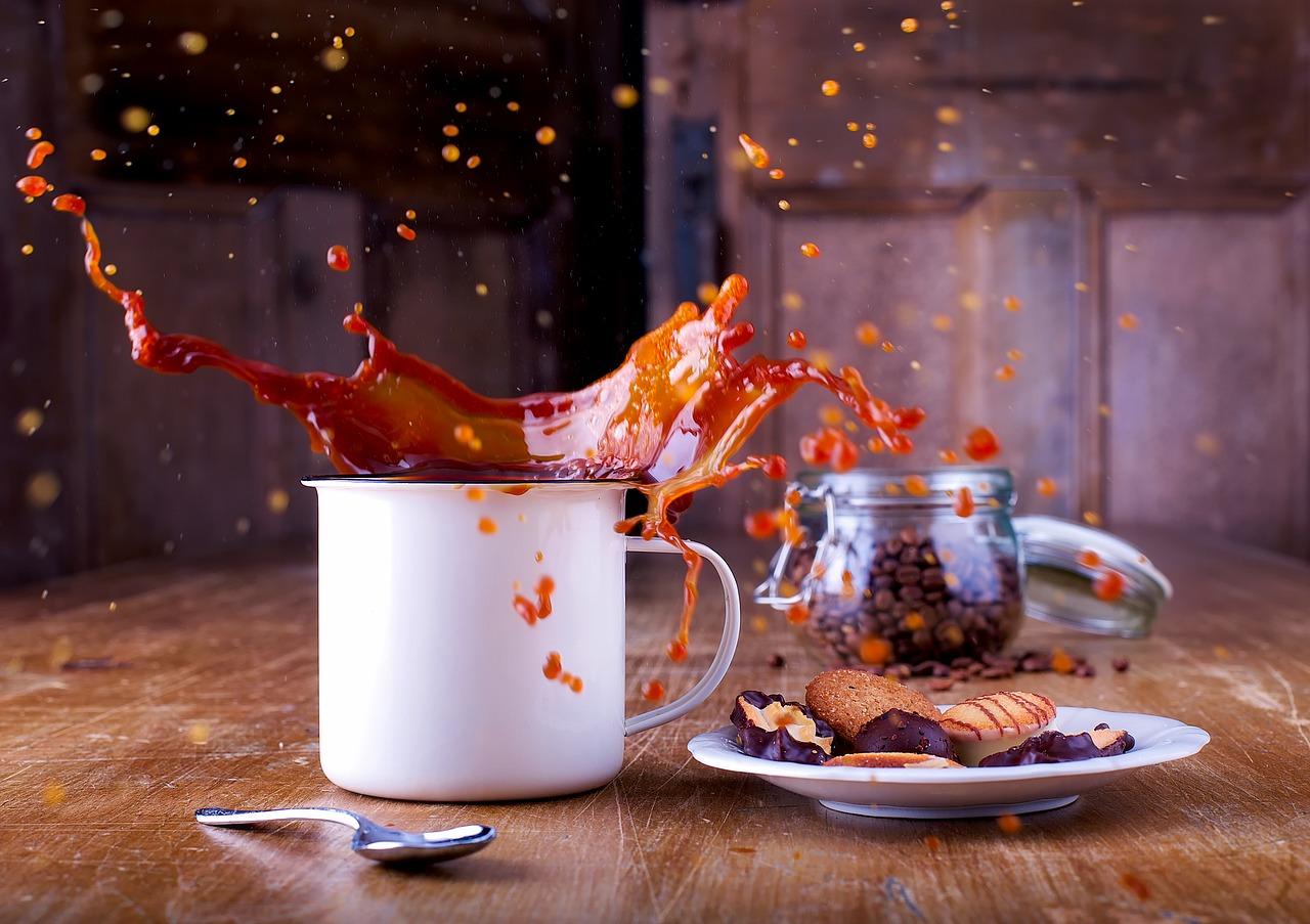 café sendo derramado da xícara
