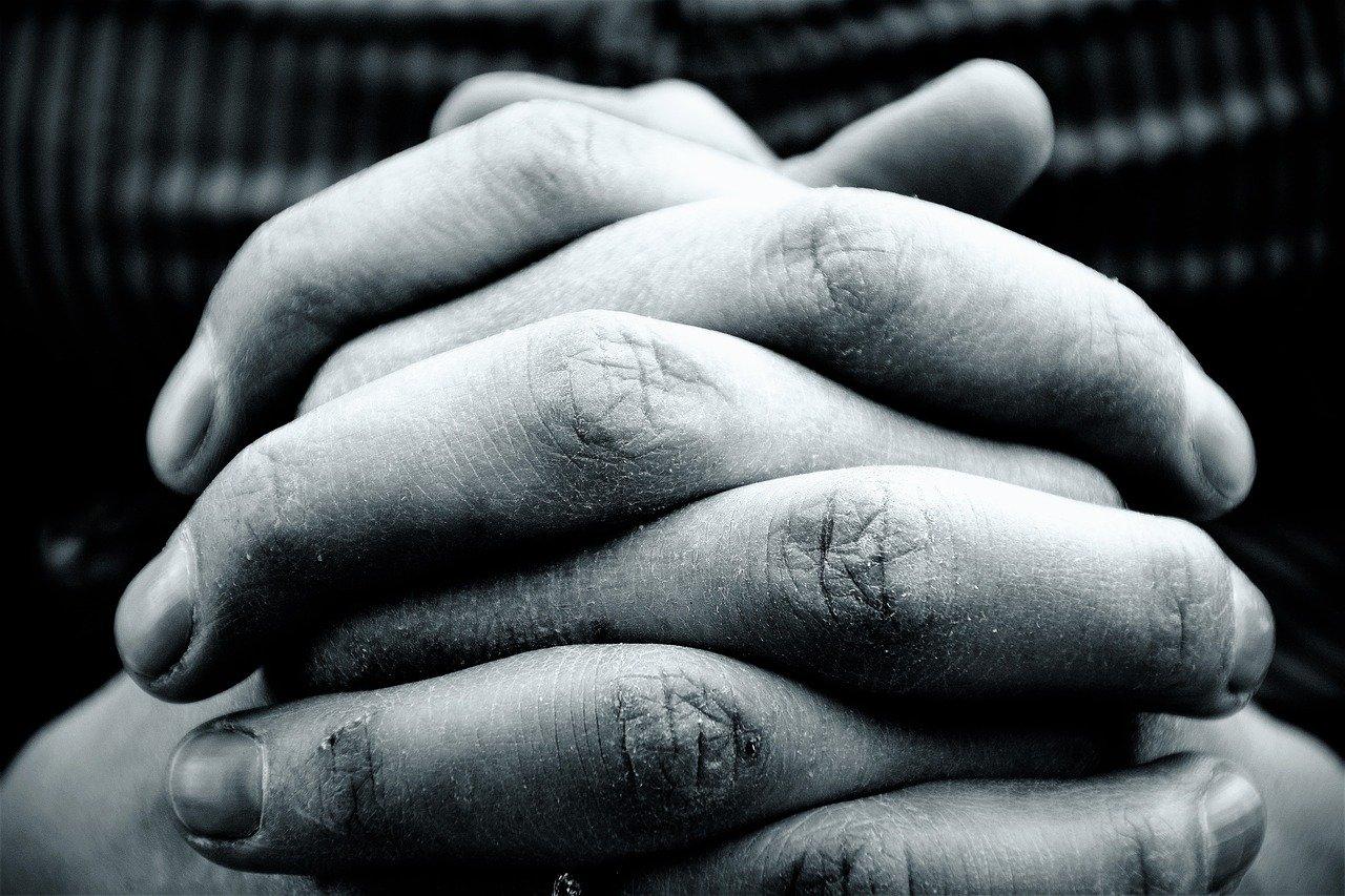 mãos unidas para fazer oração