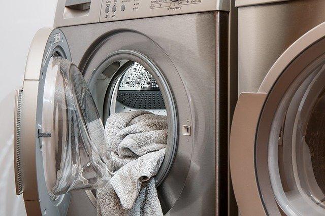 máquina de lavar inox com roupa para fora