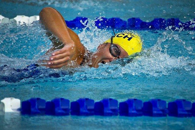 homem na piscina fazendo natação