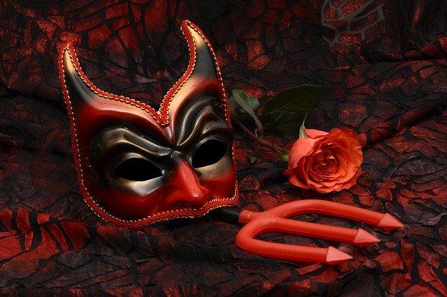 máscara e tridente do diabo