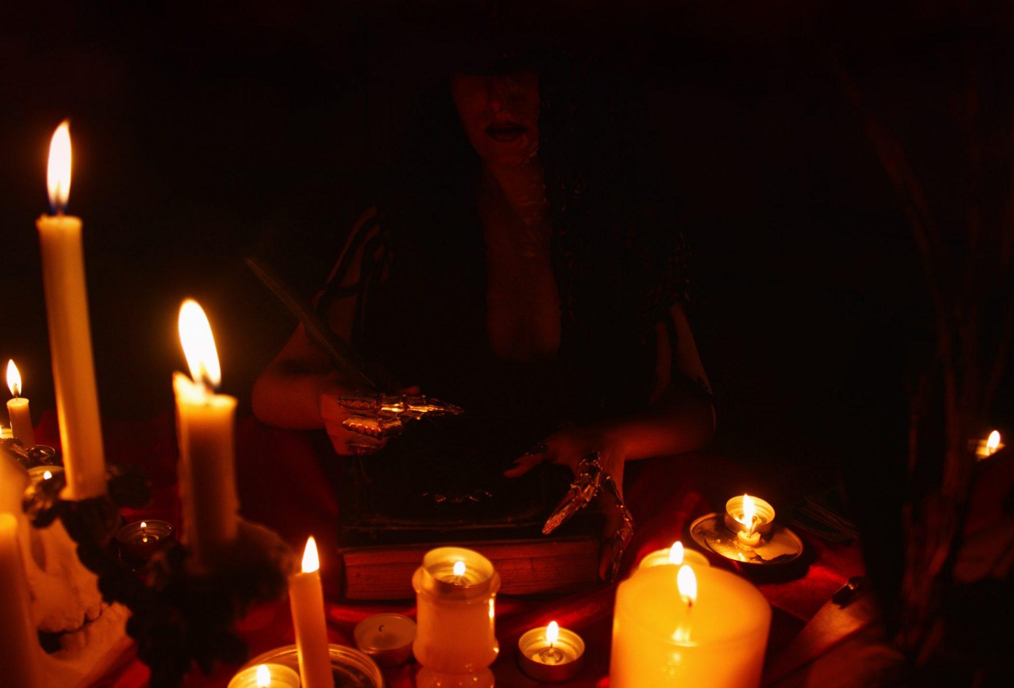 mulher fazendo feitiços poderosos com velas