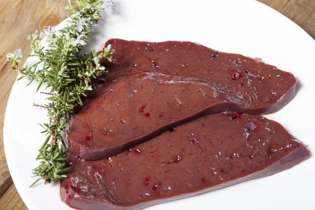 fígado de boi cru pronto para cozinhar