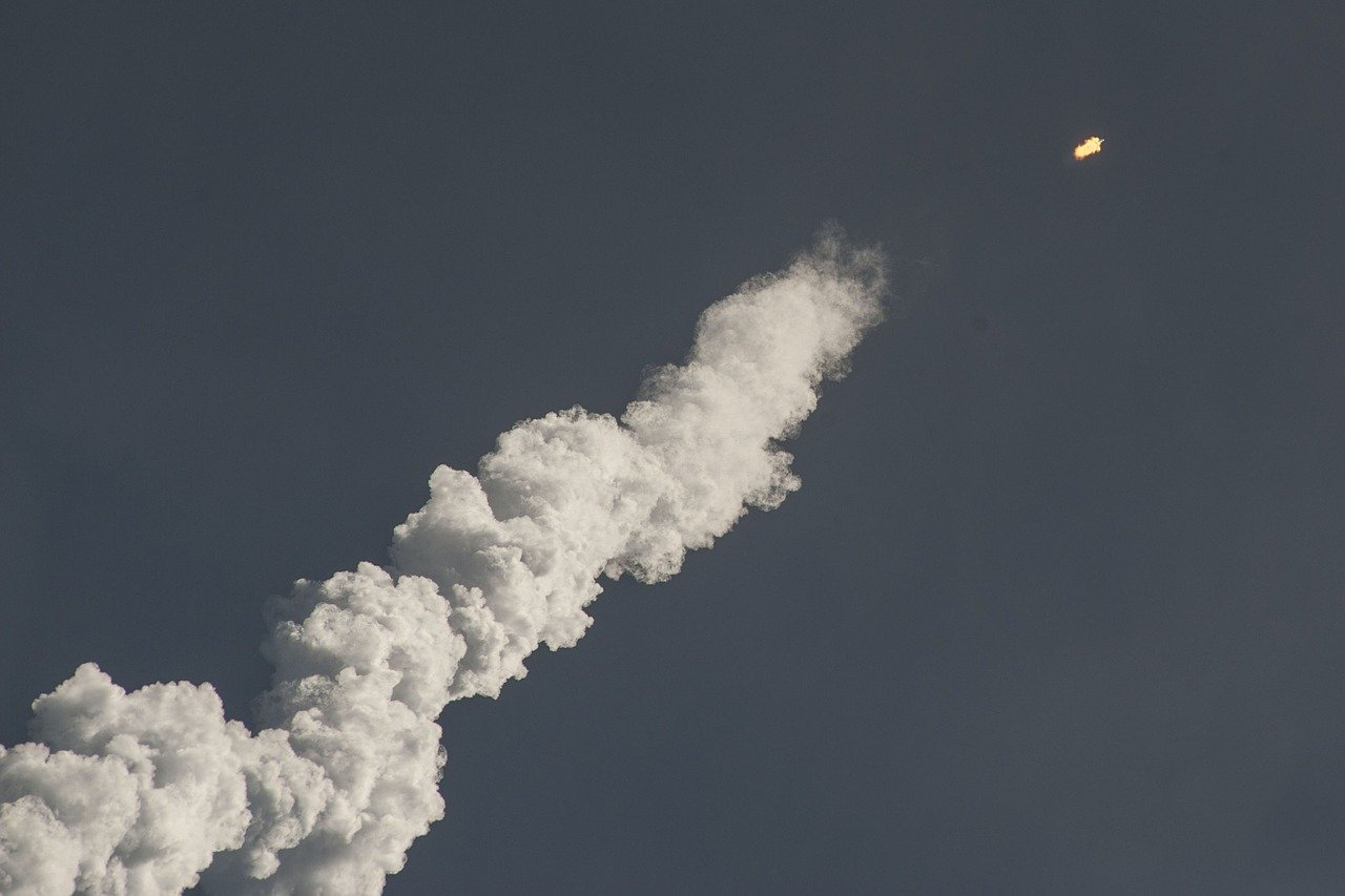 foto do lançamento de um míssil no céu
