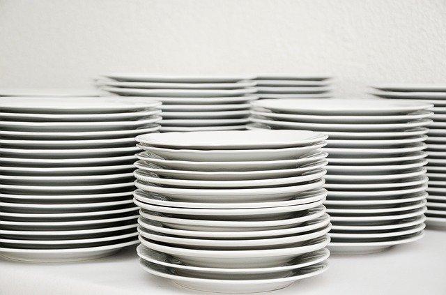 muitos pratos brancos empilhados