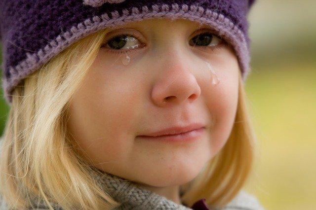 garota loira chorando