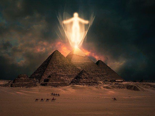 pirâmide a noite iluminada