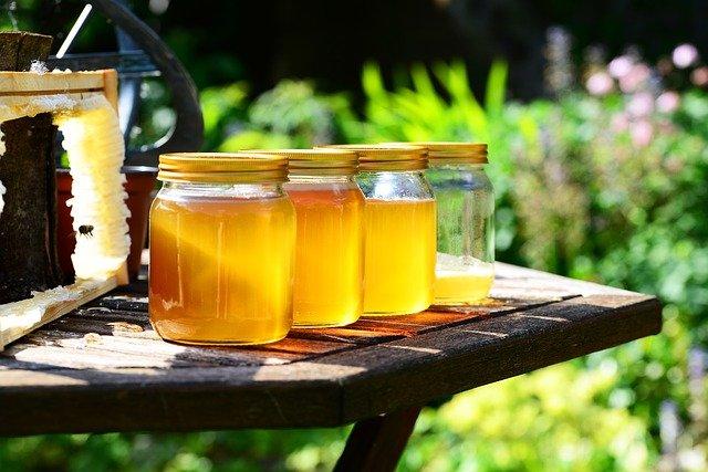 podes de mel em uma mesa de madeira