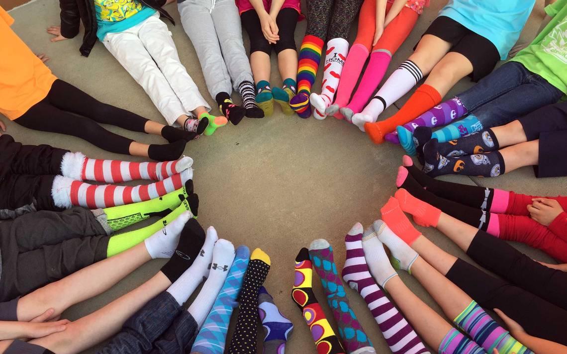 muitas pessoas com meias coloridas