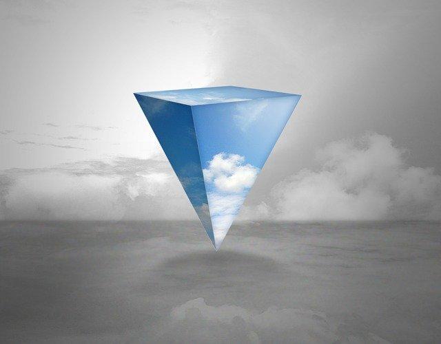 piramide invertida flutuando