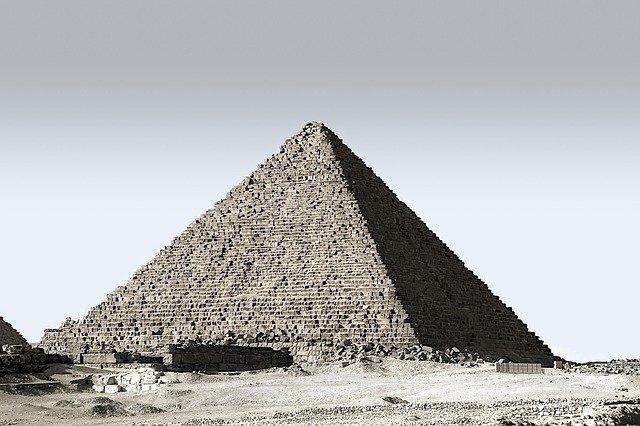 pirâmide cinza grande