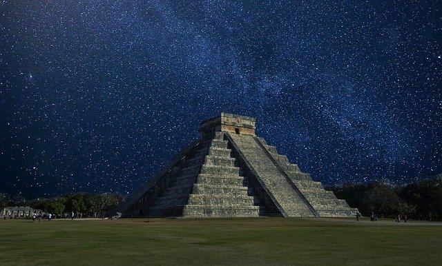 pirâmide com escadas a noite