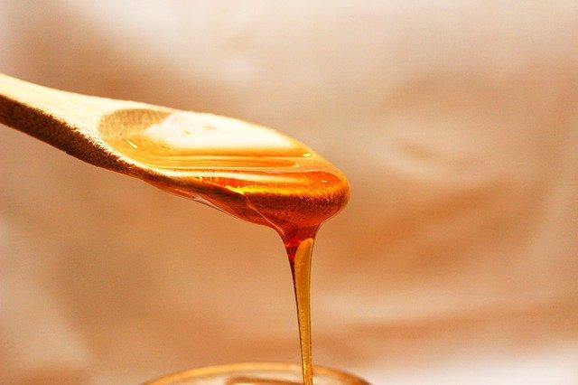 colher derramando mel de abelha